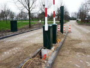 installatie van slagbomen met funderingen