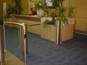 Klapdeur voor de toegangscontrole bij bedrijven en recreatievoorzieningen.