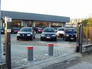 Bollards beveiliging autobedrijf